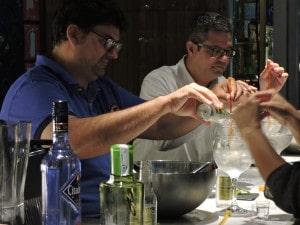 Participantes preparando su gin-tonic